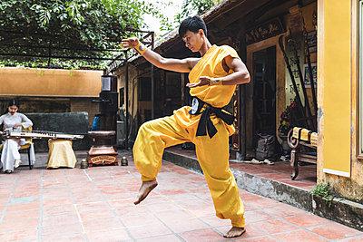 Vietnam, Hanoi, young man exercising Kung Fu - p300m2013198 by William Perugini