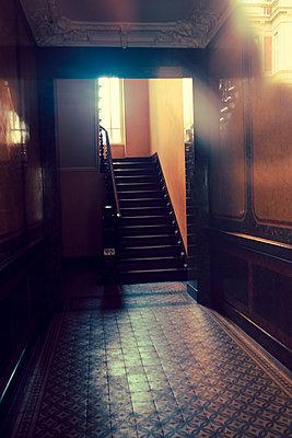 Düsteres Treppenhaus - p432m1550563 von mia takahara