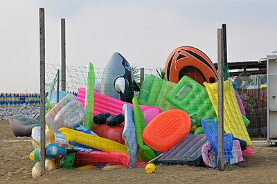 Sammelsurium am Strand - p6050130 von H. Kühbauch