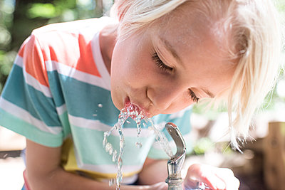 USA, California, Big Sur, Boy drinking from drinking fountain in park - p924m2283072 by Viara Mileva