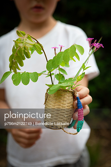 Little boy holding basket with bunch of flowers - p756m2122749 by Bénédicte Lassalle
