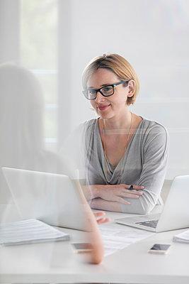 Portrait confident businesswoman working at laptop - p1023m1217783 by Agnieszka Olek