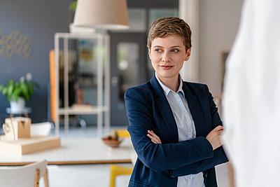 Portrait of confident businesswoman in office - p300m2140507 by Kniel Synnatzschke