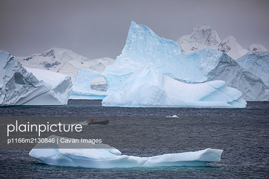 Zodiac amoungst icebergs - p1166m2130846 by Cavan Images