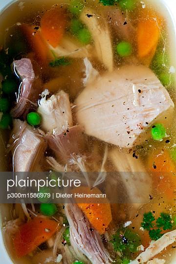 Chicken Soup, close-up - p300m1586979 von Dieter Heinemann