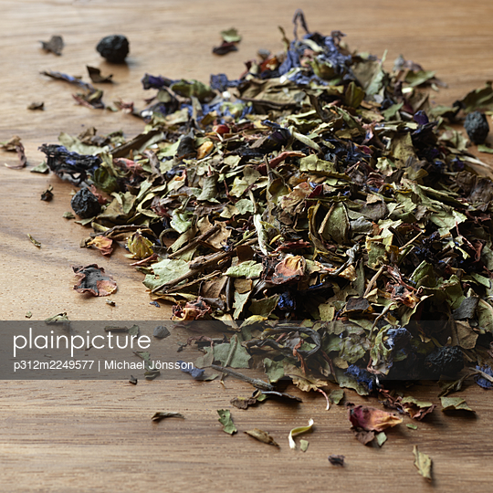 Close-up of dried tea with petals - p312m2249577 by Michael Jönsson