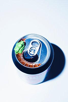 Kaugummi auf  Getränkedose - p1149m2141445 von Yvonne Röder