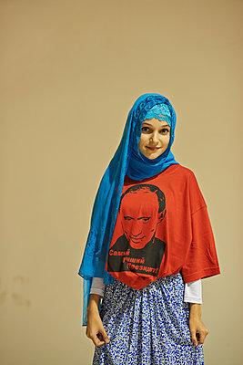 Mädchen mit Kopftuch und Putin Fan-Shirt  - p390m1092834 von Frank Herfort