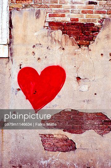 Herz an einer Hauswand - p979m1146634 von Falko Matte