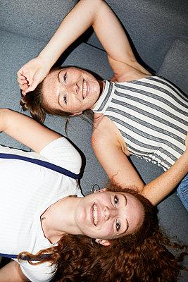Best friends - p276m2115616 by plainpicture