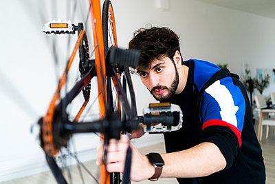 Man repairs a bicycle - p300m2275260 von Giorgio Fochesato