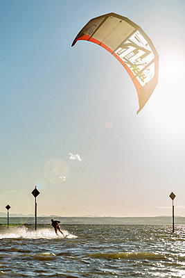 Germany, Baden-Wuerttemberg, Fischbach, Kitesurfer on Lake Constance - p300m873693 by Holger Spiering
