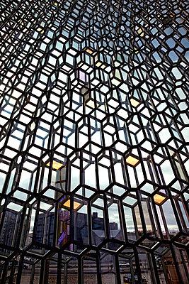 Glasfassade in der Harpa - p382m1497020 von Anna Matzen