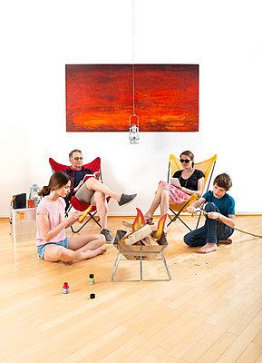Familie improvisiert Camping zuhause - p553m2182556 von Christine Basler