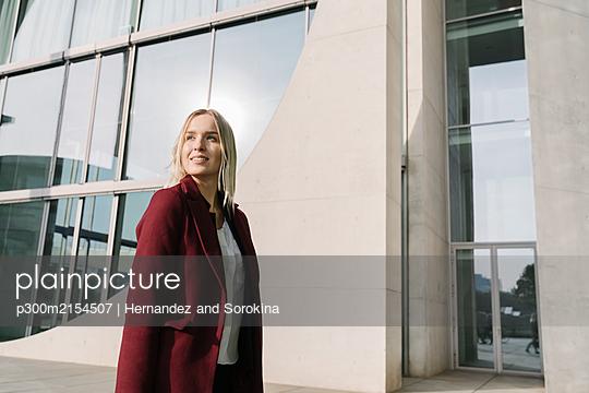 Portrait of blond businesswoman looking sideways - p300m2154507 by Hernandez and Sorokina
