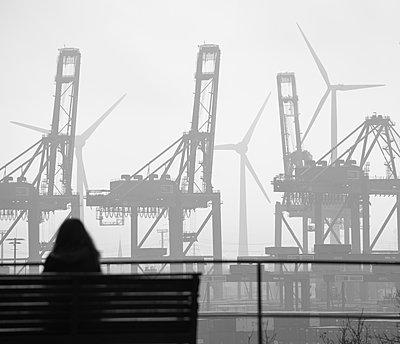 Hafensilhouette mit Windrädern - p1079m2157716 von Ulrich Mertens