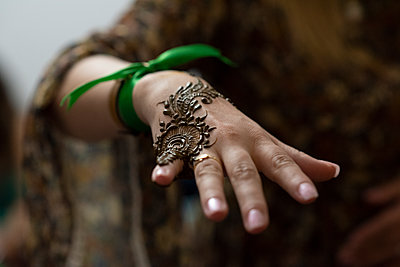 Close up of painted hand woman with henna in a party in Morocco. - p1166m2107007 by Cavan Images