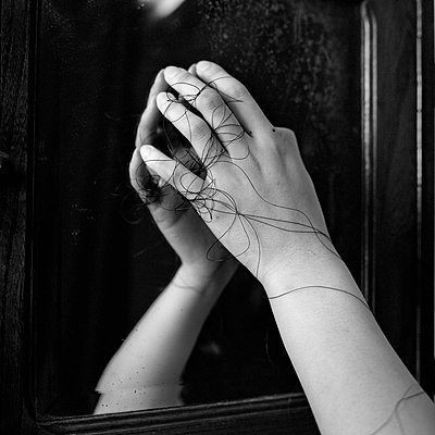 Frauenhand mit schwarzem Faden - p1550m2134953 von Kumi Oguro