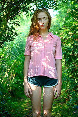 Portrait of young woman in the forest - p427m2210827 by Ralf Mohr
