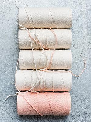 Still life with row of yarn spools, overhead view - p429m1578396 by Magdalena Niemczyk - ElanArt