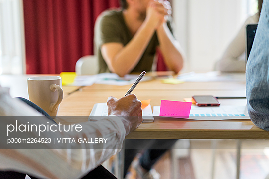 Female entrepreneur writing in notepad during meeting in office - p300m2264523 by VITTA GALLERY