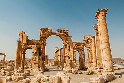 Ruinen des Hadrianstors der Oasenstadt und UNESCO-Weltkulturerbe Palmyra/Tadmor nahe Damaskus, Syrien - p1493m2063559 von Alexander Mertsch