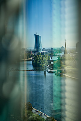 High rise building on the Main river in Frankfurt - p227m2092796 by Uwe Nölke