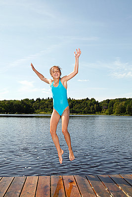 Sprung ins Wasser - p249m1128700 von Ute Mans