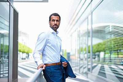 Portrait of businessman - p300m1587071 by Daniel Ingold