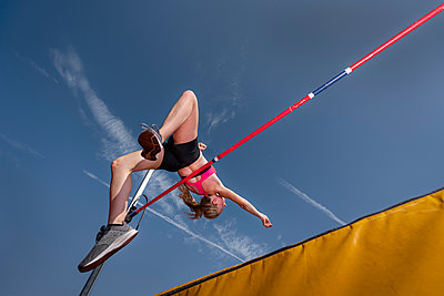 Female high jumper, worm's eye view - p300m2023811 von Stefan Schurr