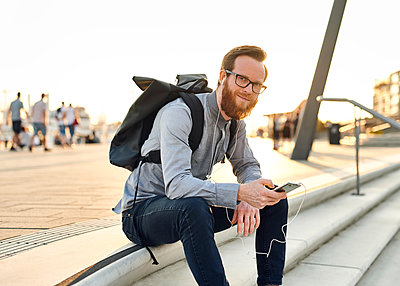Mann sitzt auf Treppe - p1124m1169965 von Willing-Holtz