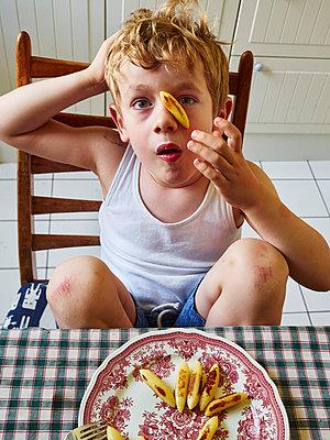 Kleiner Junge ißt Schupfnudeln - p358m2073172 von Frank Muckenheim