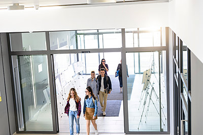 Students entering college building by glass doors - p429m2018859 by suedhang photography