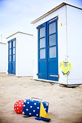 Strandhäuschen mit Pünktchenball - p606m1564862 von Iris Friedrich