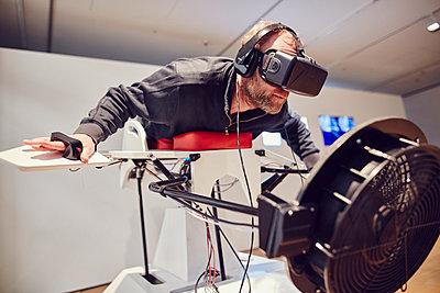 Mann mit VR-Brille auf dem Birdly - p913m1475171 von LPF
