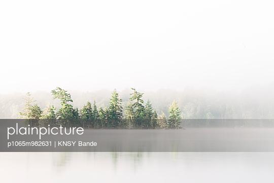 Nebel über dem Chandos Lake, Kanada - p1065m982631 von KNSY Bande
