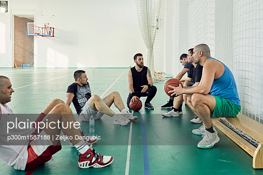 Basketball players during break - p300m1587188 von Zeljko Dangubic