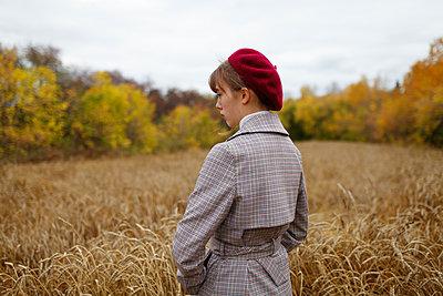 Woman wearing beret, portrait - p1646m2253829 by Slava Chistyakov