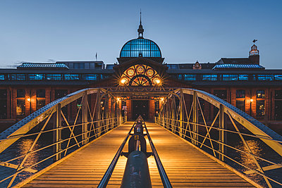 Germany, Hamburg, Altona, fish market hall at blue hour - p300m2060714 von Kerstin Bittner