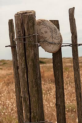 Staketenzaun mit bemaltem Stein - p470m1591910 von Ingrid Michel