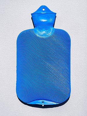 Blaue Wärmflasche - p536m1444404 von Schiesswohl
