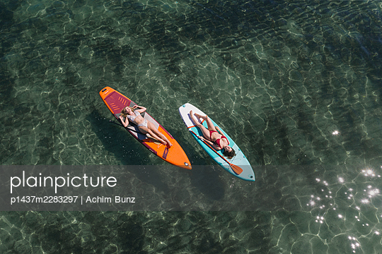 Sonnenbaden auf dem Surfbrett - p1437m2283297 von Achim Bunz