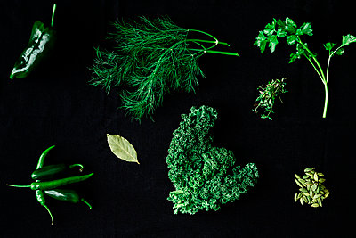 Herbs and spices on black background - p312m2101839 by Peter Rutherhagen