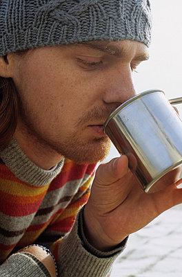 Mann mit Sommersprossen trinkt - p4737066f von STOCK4B-RF