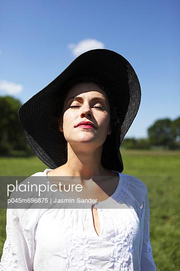 Portrait mit Hut - p045m696875 von Jasmin Sander