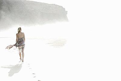 Junge Frau beim Strandspaziergang, Fuerteventura, Spanien - p1316m1160499 von Christoph Jorda