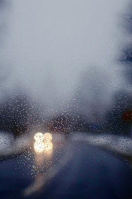 Blurred car lights on a road in winter - p476m1332874 by Ilona Wellmann