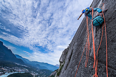 A climber traditional climbing , Sea to Sky corridor, Squamish  - p924m2165454 by Alex Eggermont