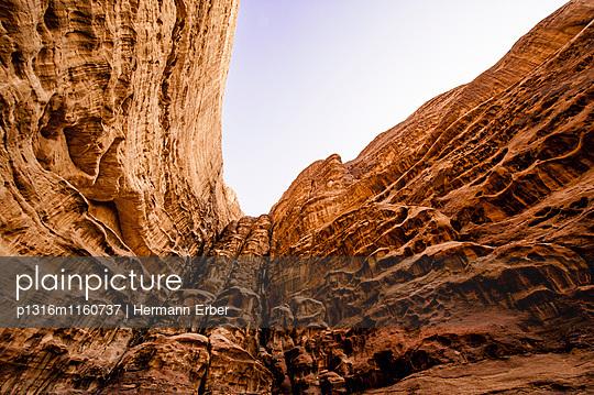 Steile Felswand, Wadi Rum, Jordanien, Naher Osten - p1316m1160737 von Hermann Erber