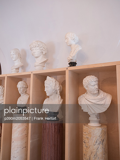 Busts in a museum - p390m2053547 by Frank Herfort